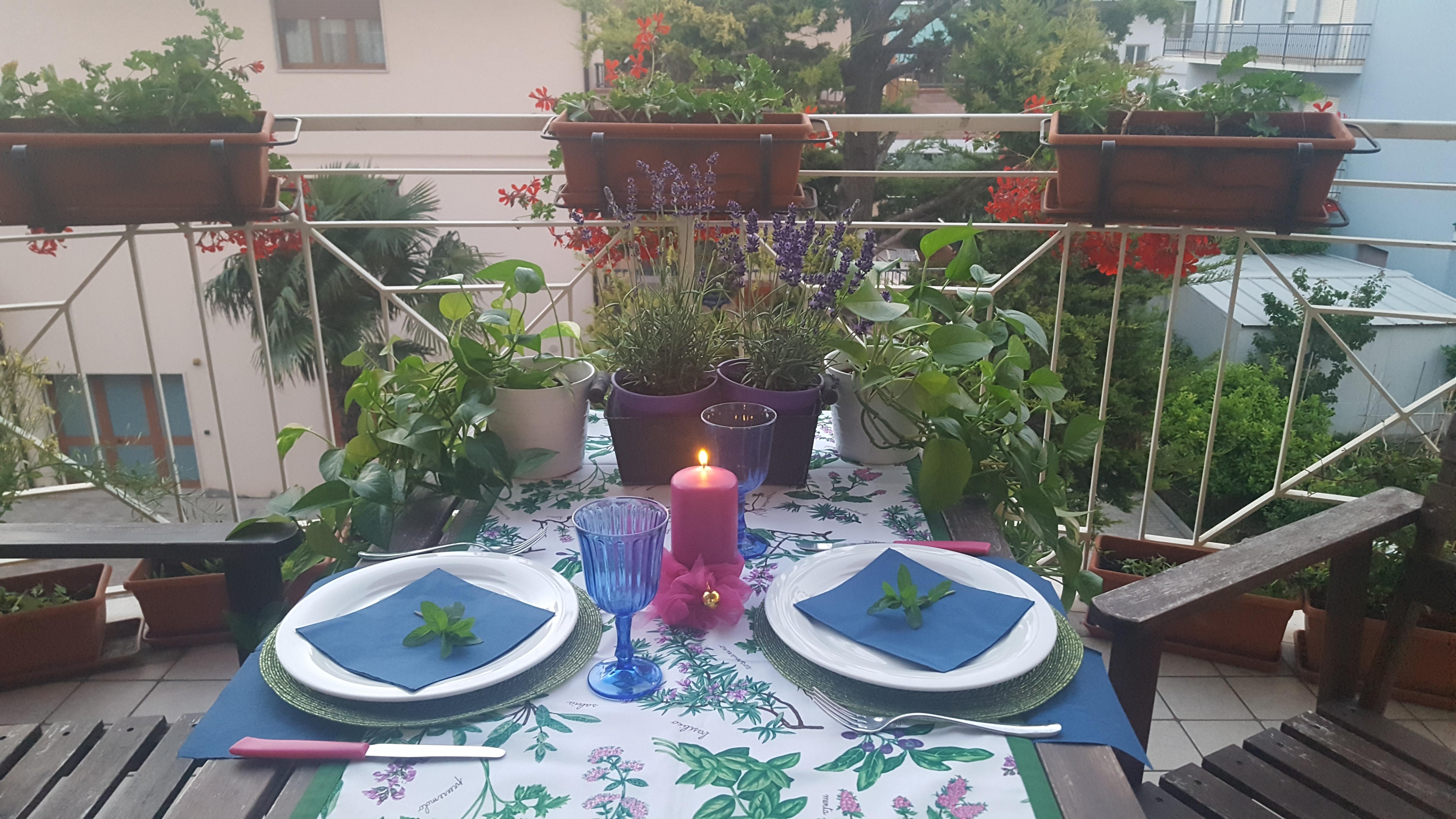 Cena in terrazza: candele e piante aromatiche | La Tavola di Edda